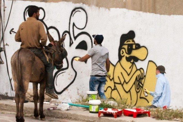 Graffitimaleren Abed al Rahman og HuskMitNavn i Hebron. Fra workshop for palæstinensiske graffitimalere med HuskMitNavn, 2012. Foto: Bassam al-Mohor.