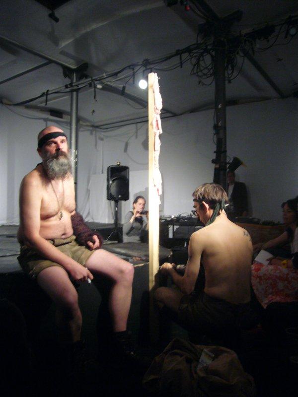 Er dette æstetisk? Jörn Burmester og Florian Feigl nyfortolker Rambo-figuren under Samtalekøkkenet i maj sidste år. (Foto: KUNSTEN.NU)