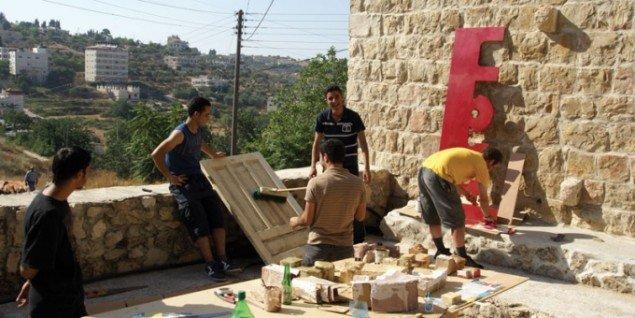 Lokale håndværkere i gang med skilt og opbygning. (Foto: YNKB)