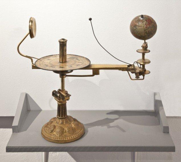 Lille planetmaskine, ca. år 1900. Træ, messing og papir. Højde ca. 30 cm. Kroppedal Museum. Foto: Ole Akhøj.