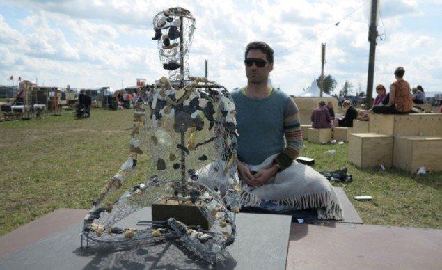 Julie Bitsch's projekt Social Modeling, hvor en mand i meditation agerer model for festivaldeltagerne. (Foto: Jenny Selldén)