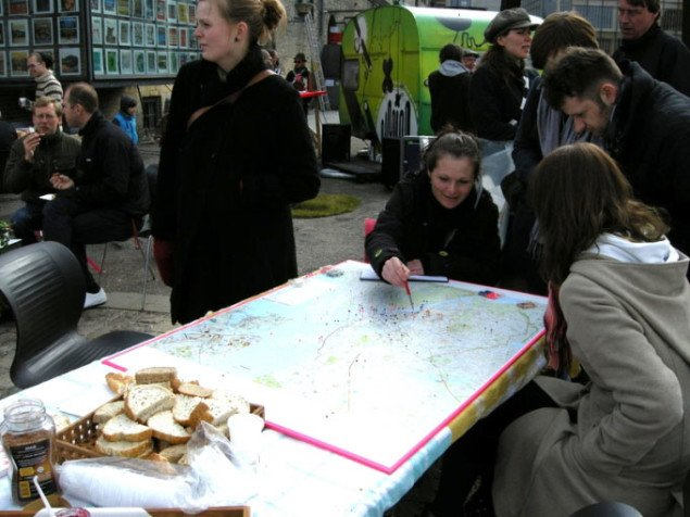 Snakken går om Københavns byrum hen over kortet og morgenmaden, foto: Line Møller Lauritsen