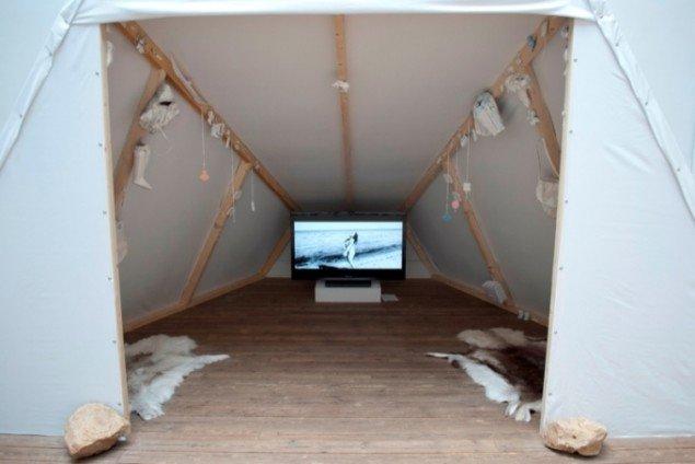 Jessie Kleemanns video Sassuma Arnaa afspilles i teltet. Pressefoto.