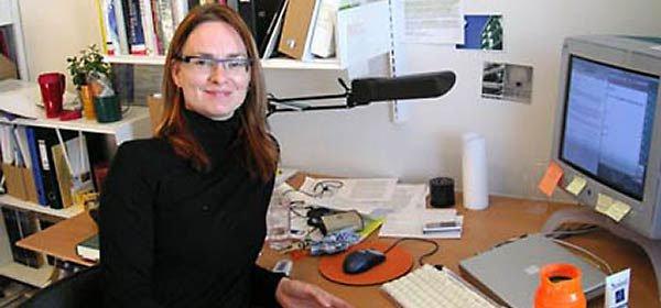 Lone Koefoed Hansen ved sit skrivebord på Aarhus Universitet.