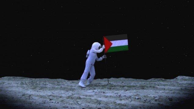 A Space Exodus – Flag, C-print, film still, 45x80cm, Larissa Sansour, 2010. Pressefoto.