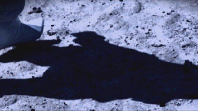 A Space Exodus – Shoe, C-print, film still, 45x80cm, Larissa Sansour, 2010. Pressefoto.