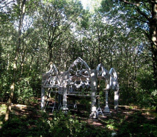 Naturrum Skovsnogen. René Schmidt: Det Gotiske skur med arkitekturcitater fra engelske katedraler. Foto: René Schmidt
