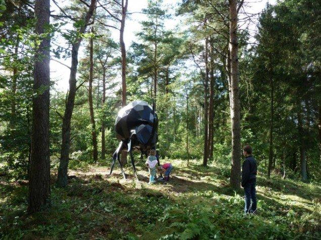 Naturrum Skovsnogen. René Schmidt: 3,5 meter høj kæmpebille smedet sammen af 1000 trekanter. Foto: René Schmidt