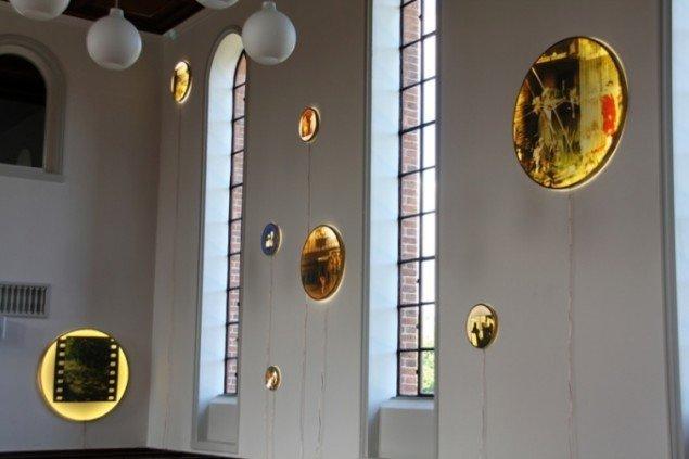 Henrik Miklos Andersens otte disc-amulets. Cirkelrammer i forskellige størrelser udført i messing, print på backlite, opal akrylglas og LEDlys, 2012. Foto: Henrik Miklos Andersen.