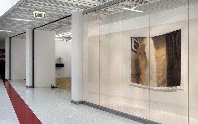 Udstillingen Un_Curate_Able i Toves Galleri i København, hvor kunstnerne optager uttalige funktioner. (Foto: Honza Hoeck)