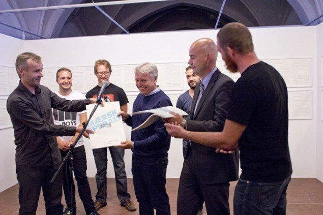 SUPERFLEX (DK) overrækker folkegaven på åbningsdagen, Foto: Brian Berg