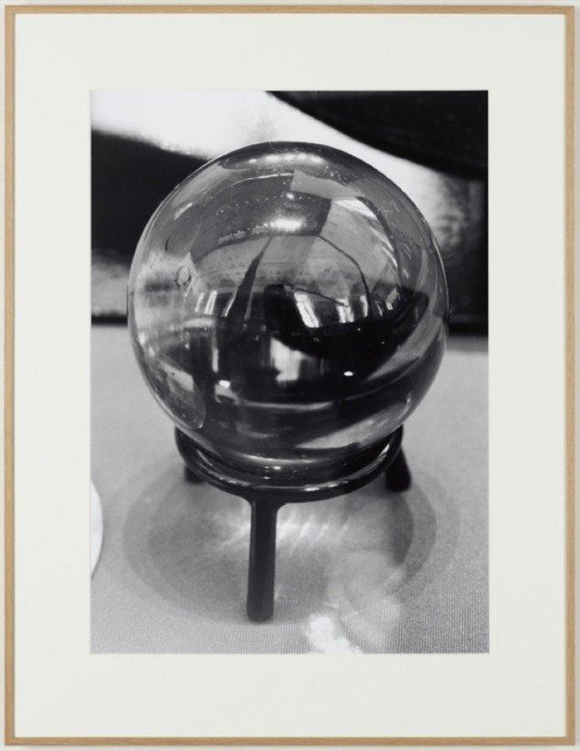 Crystal Ball, 2006, Silver gelatin print. Courtesy: Galleri Nicolai Wallner, Copenhagen, DK. Foto: Anders Sune Berg.