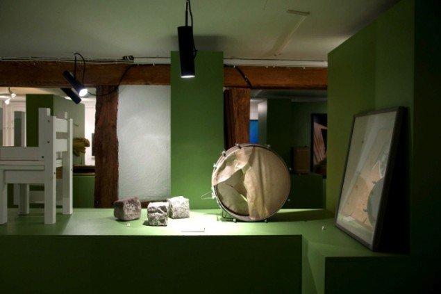 Hverdagsgenstande ophøjes i Galleri Images jubilæumsudstilling En samling. Foto: Morten Barker.