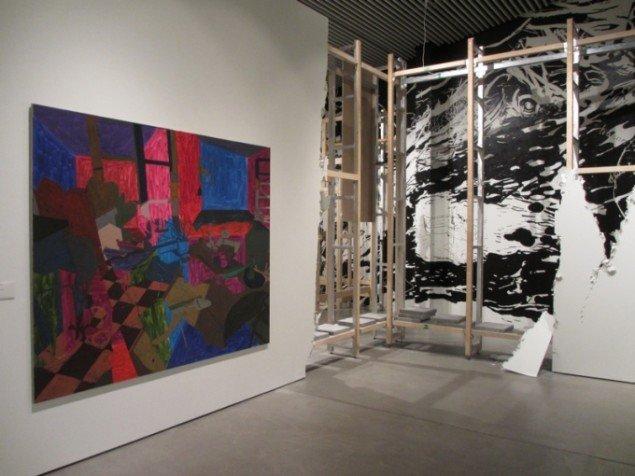 Udstillingsview fra Everything Changes. Forrest ses Blue Room, 2003. Foto: Ole Bak Jacobsen.