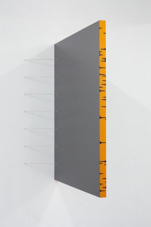 Uden titel, 2010, mdf, maling, elastikbånd. Pressefoto