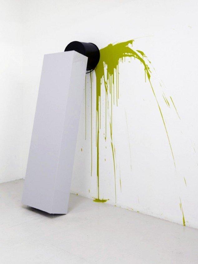 Uden titel, 2010, mdf, plastik, maling og jernbeholder. Pressefoto