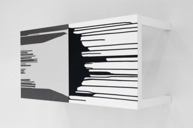 Uden titel, 2011, sofaborde, maling. Pressefoto