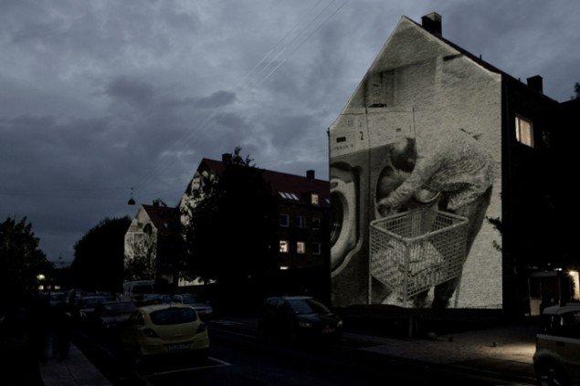 På husgavlene kunne man se billeder og portrætter fra gadens lejligheder. Pressefoto.