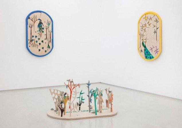 Betræd det grønne sarte, 2012. Installationsfoto af værk på Galleri Lars Olsen. To vægophængte collager på træplader, en gul og en blå (begge ca. 125 cm x 72 cm x 2.5 cm), samt en gulvplaceret træplade. Foto: Erling Lykke Jeppesen