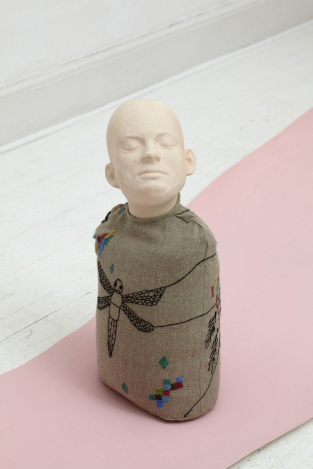 Untitled, 2011. Porcelain, embroidery, 50 x 23 x 12 cm. Foto: Anders Sune Berg
