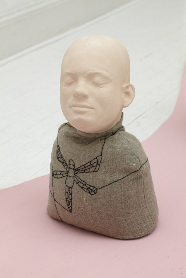 Untitled, 2011. Porcelain, embroidery, 35 x 23 x 12 cm. Foto: Anders Sune Berg