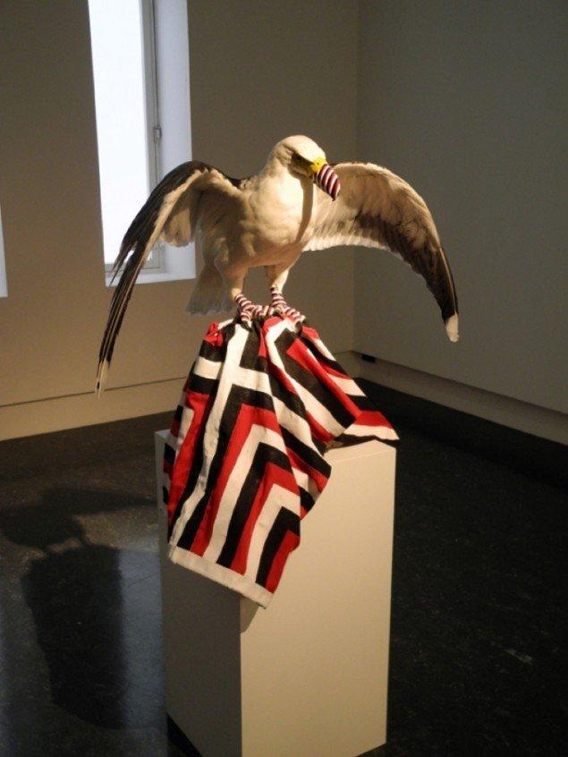 Patriotic Seagull Eagle, 2012. Materialerne er en udstoppet hættemåge, to svartbag måger samt et bemalet flag. Pressefoto.