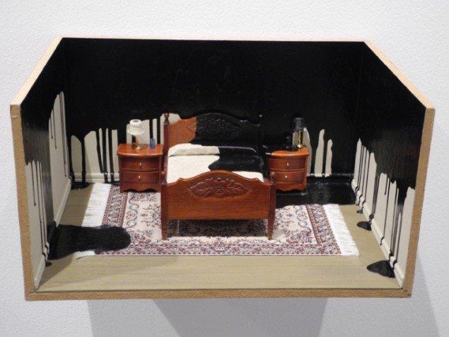 Til værket Bedroom, 2009 er der brugt træ, maling og miniatureobjekter. Pressefoto.