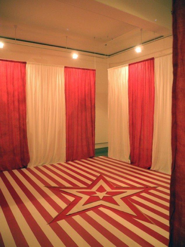 Order of Red & White, 2011. Materialerne er: gulvplanker, maling, stof, kæde, træ. Pressefoto.