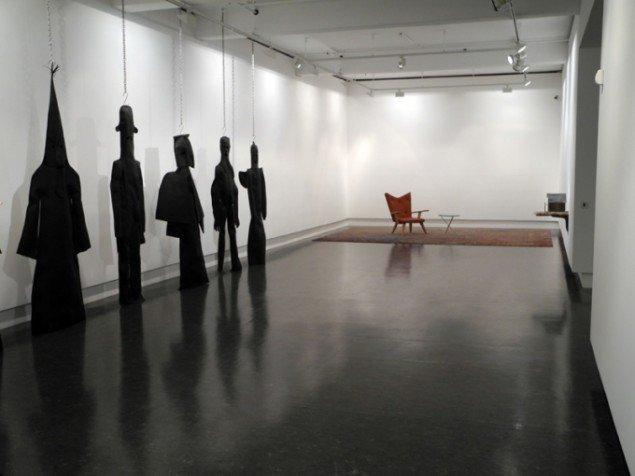 Udstillingsview fra udstillingen The Dark Passenger. I forgrunden ses Mørkemænd, 2008. Pressefoto.