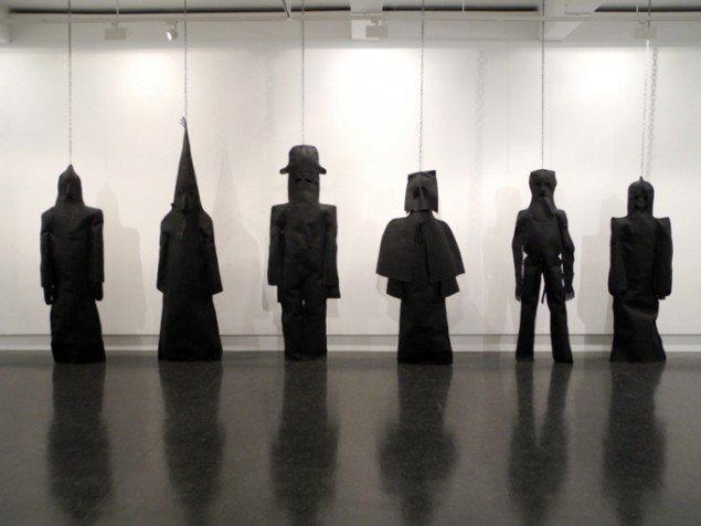 Mørkemænd, 2008. Materialerne, som kunstnerne har brugt, er læder, kæder og kødkroge. Pressefoto.