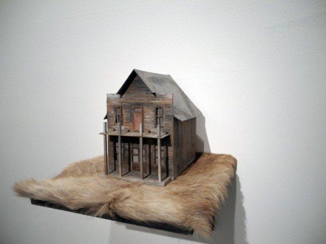 The Black Widow's Place, 2010. Værket er lavet af træ og skind. Pressefoto.