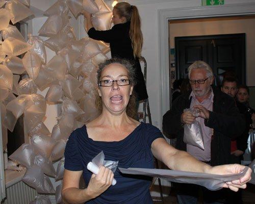 Effektiv uddeling af poser til BREATHS#3 Foto: Erik B. Duckert.