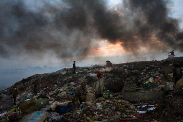 Nigel Dickinson: Fra serien Smokey Mountain Rubbish Dump, Phnom Penh, Cambodia.