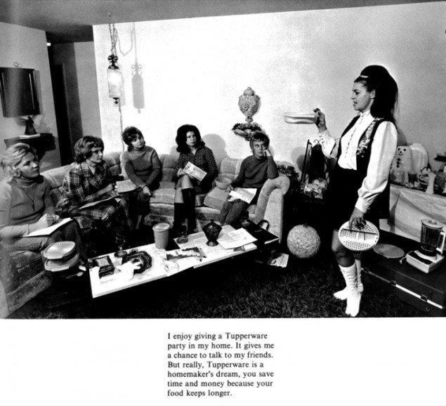 Billede fra et tupperware party med ciat fra Bill Owens fotoserie Suburbia.