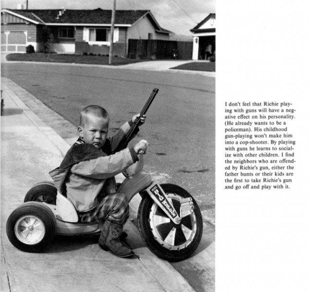 Bill Owens: Fra serien Suburbia.  I citatet kan man læse morens positive holdning til sønnens leg med legetøjsvåben.