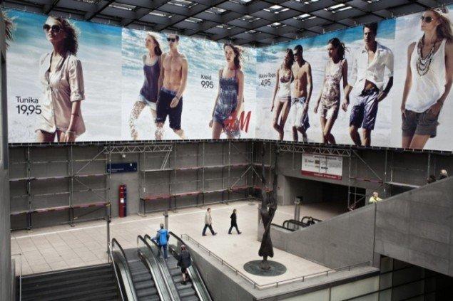 Pieter van den Boogerts What We Wear, 2011 er en trilogi om de globale handelsruter for tekstiler.