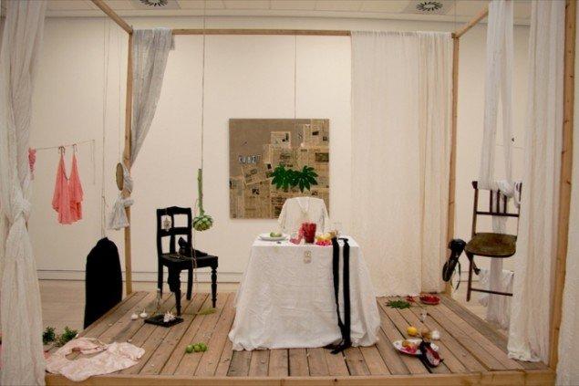 Augusta Atlas installation I Am Love leder tankerne hen på en græsk feriekoloni. Pressefoto.