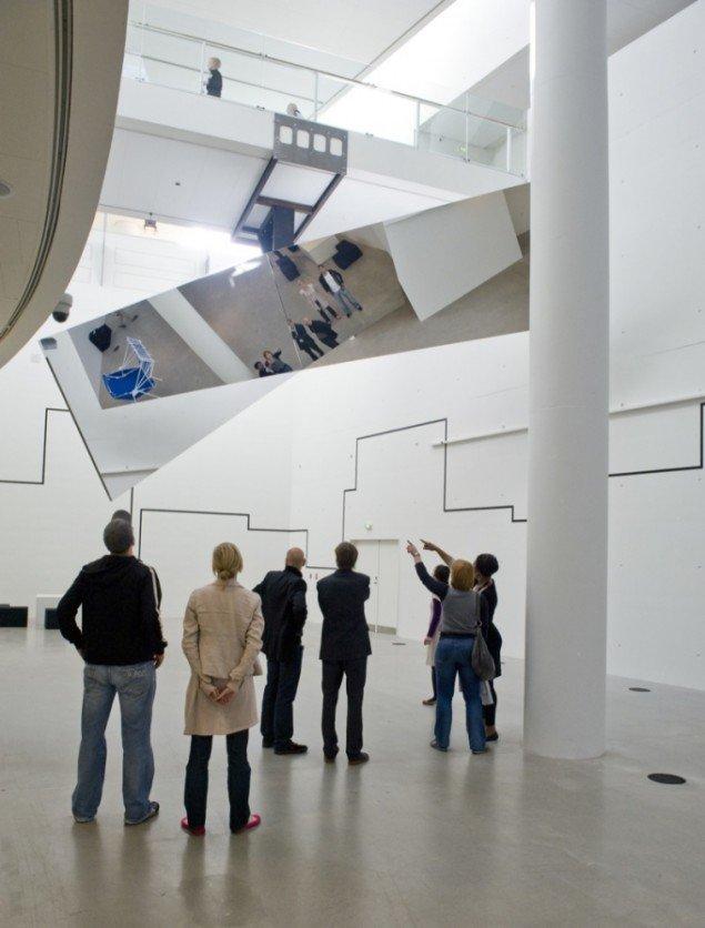 360 grader Illusion III, 2007. 200 x 735 x 400 cm., hvert spejl 200 x 500 cm. Courtesy: Johann König, Berlin and 303 Gallery, NY. Foto: Ole Hein Pedersen, ARoS 2009.