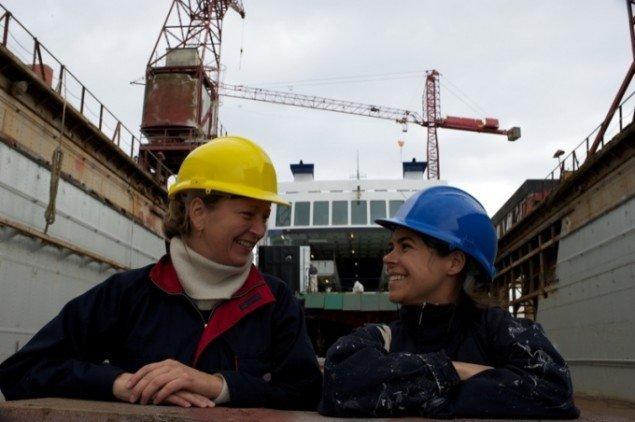 Randi & Katrine foran Ærøfærgen. Foto: Jesper Petersen.