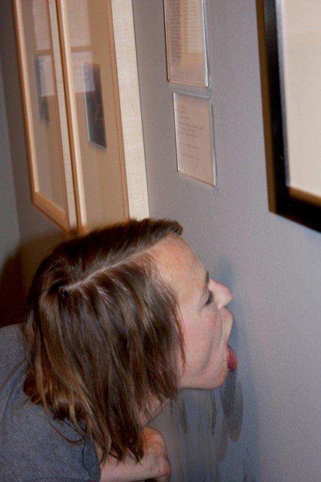Lee Sky ger Dora Maar hennes ansikte tillbaka, 2012. Installation og performance, 6 timer. SUPERSURREALISMEN, Moderna Museet Malmö. Indtil 20/1 2013. Værk i billedet: Hans Bellmer, La Poupée. Foto: Frederikke Hansen.