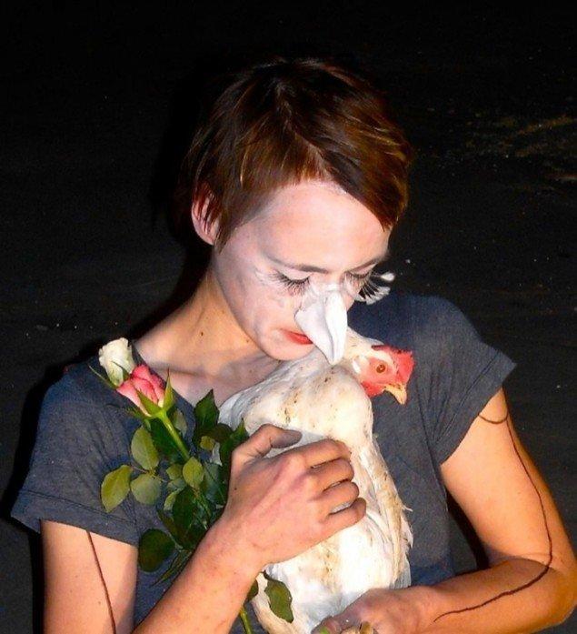 (Leaving) NEST, 2011. Installation: hønsebur, tre hvide høns, mikrofon, flagstang, reb og andre materialer; variable mål. Performance, længde 3 timer. Samtalekøkkenet#8, Carlsberg Ny tap, Kbh. Foto: Frederikke Hansen.