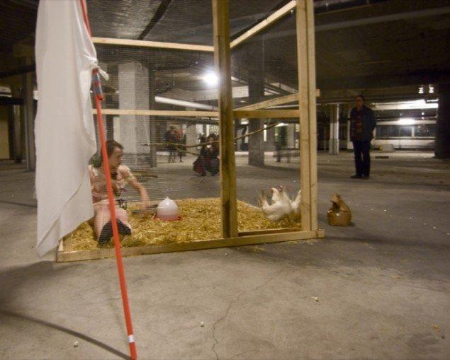 (Leaving) NEST, 2011. Installation: hønsebur, tre hvide høns, mikrofon, flagstang, reb og andre materialer; variable mål. Performance, længde 3 timer. Samtalekøkkenet#8, Carlsberg Ny tap, Kbh. Foto: Henrik Vestergaard.