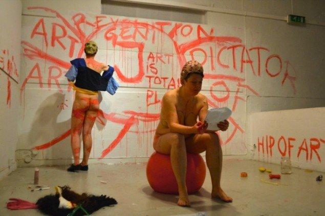 Performance baseret på Grönvalls Mr Meese und die Lieder aus dem Herzen, 2011. Double Room – Jenny Grönvall and Line S. Karlström, Galleri Kakelhallen, Mariehamn, Åland. Foto: Sally Grönvall.