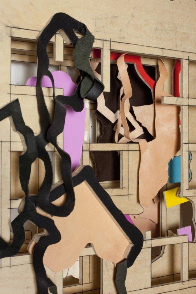 Værkdetalje af Thomas Bang: Layers of intervention nr. 1, 2011-12. Træfinér, læder, kulblyant, jern. Foto: Erling Lykke Jeppesen