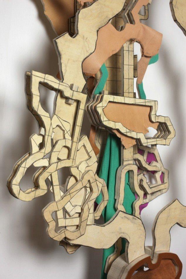 Udsnit af Thomas Bangs Layers of intervention nr. 2, 2011-12. Træfinér, læder, kulblyant, jern (160 x 93 x 43 cm). Foto: Erling Lykke Jeppesen