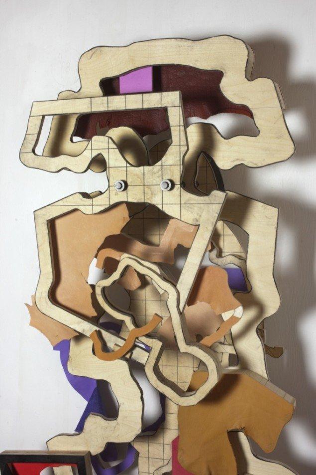 Detalje af Thomas Bangs værk Layers of intervention nr. 3, 2011-12. Træfinér, læder, kulblyant, jern (164 x 107 x 43 cm). Foto: Erling Lykke Jeppesen