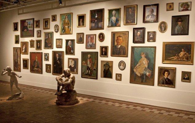 Portrætvæggen og de to skulpturer Echo og Kain. Foto: Fyns Kunstmuseum