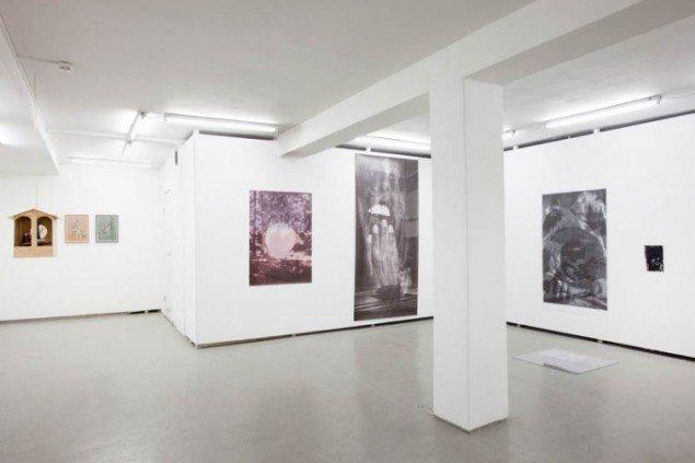 Udstillingsview med værker af Hartmut Stockter, Kaspar Oppen Samuelsen og Asbjørn Skou. Foto: Erling Jeppesen