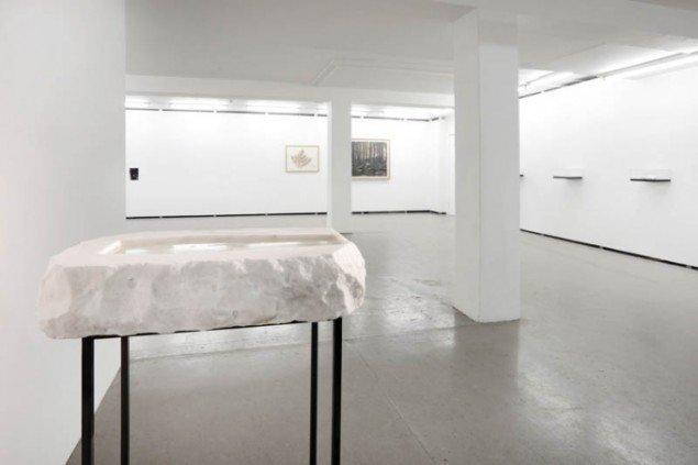 Udstillingsview med Christian Lemmerzs Taufstein i forgrunden. Foto: Erling Jeppesen