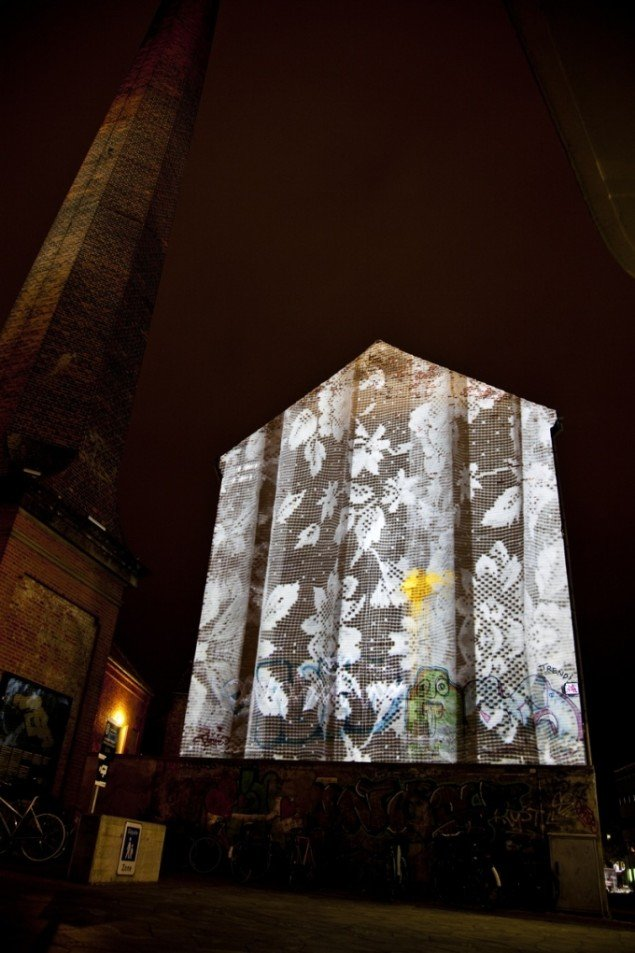 June's lace, 2011, videoinstallation i 3 dele på Brandts, udensdørs installation på skorsten. Pressefoto.